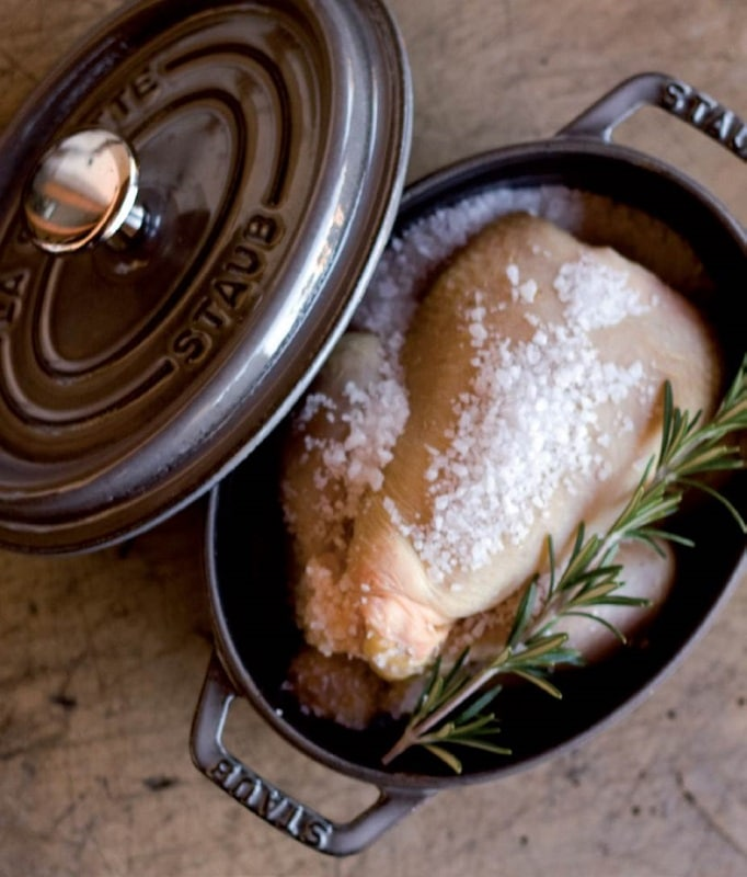Bagnare leggermente il sale in superficie in modo che in cottura si venga a creare una crosta perfetta. Infornare a 200° per un'ora e mezza.