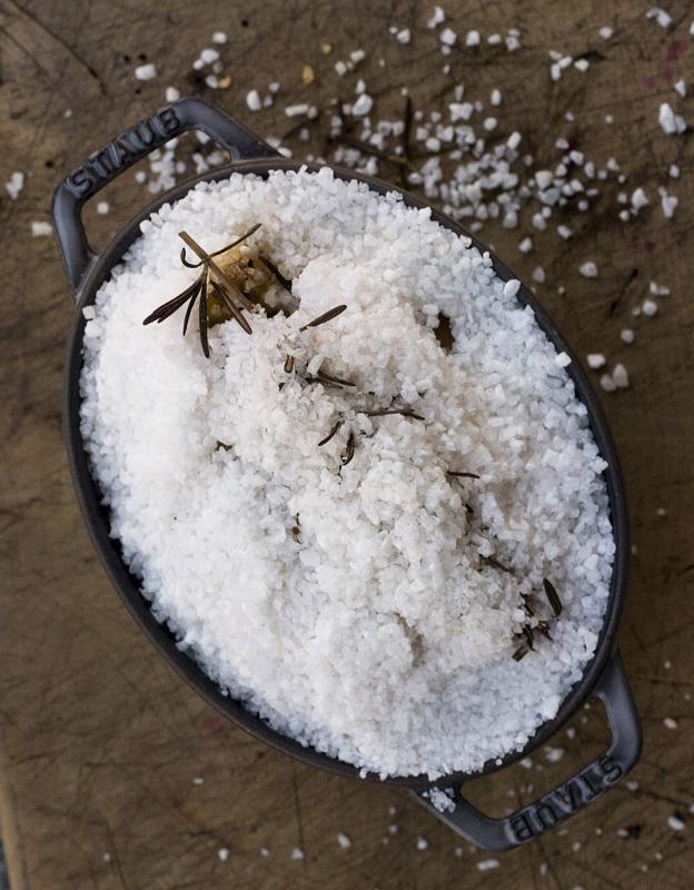 Una volta sfornato, rompere la crosta, ripulire il pollo dal sale ed eliminare la pelle prima di servirlo in tavola.