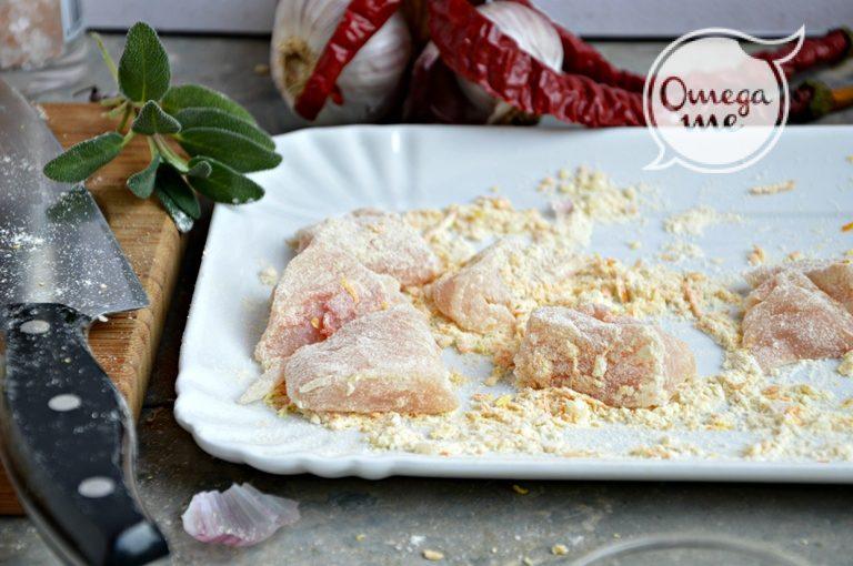 Mescolate l'aglio tritato con la farina, la scorza dell'arancia grattugiata e il sale. Impanate il pollo tagliato a tocchetti.