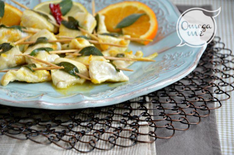 Sciogliete Vallé in una padella, senza soffriggere, aggiungete il peperoncino,  il succo di mezzo limone e quello dell'arancia. Unite i pezzetti di pollo e sfumate con il vino. Cuocete fino a quando il sughetto si restringerà ottenendo una salsa agrumata. Servite subito decorando i piatti, se volete, con fette di agrumi.