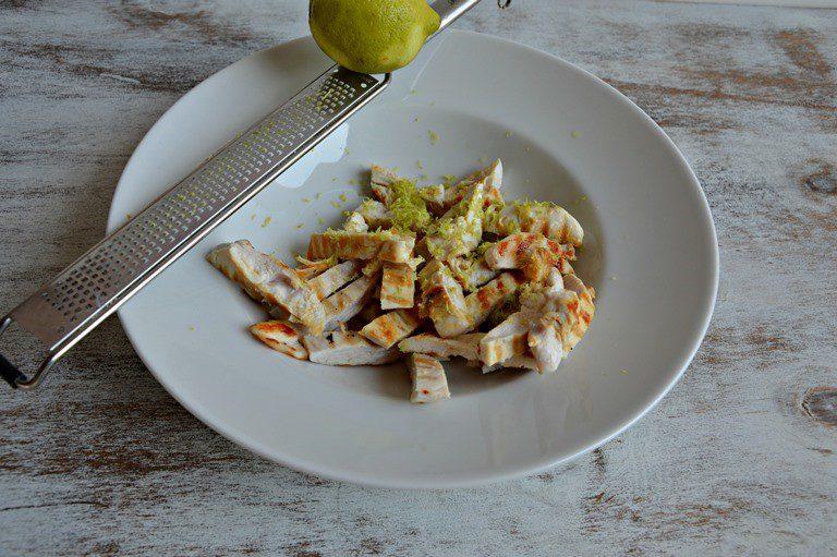 Tagliatelo a strisce e aromatizzate con la scorza di un limone grattugiata, salate e mettete da parte