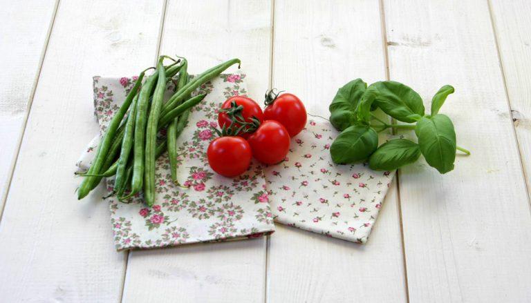 Spuntate e lessate i fagiolini in acqua salata. Tagliate in quarti i pomodorini.