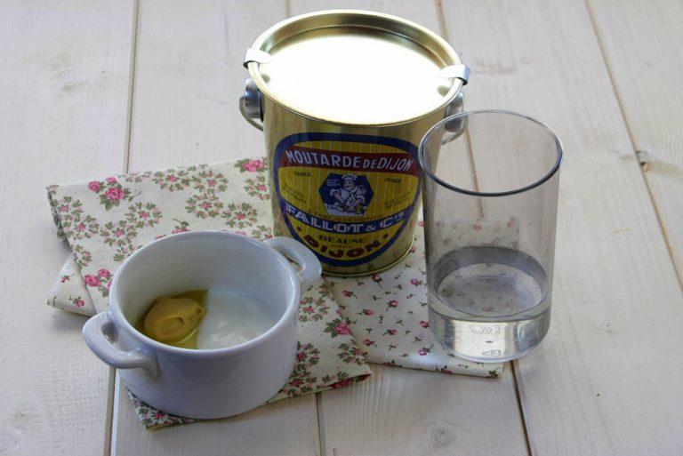 Per il condimento emulsionate con una forchetta in una ciotola oppure in un barattolino scuotete l'olio con la senape, lo yogurt magro, il sale, il pepe e l'acqua.