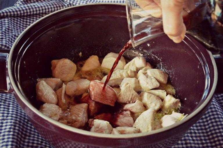 Distribuite il vino e cuocete per 10 minuti coperto