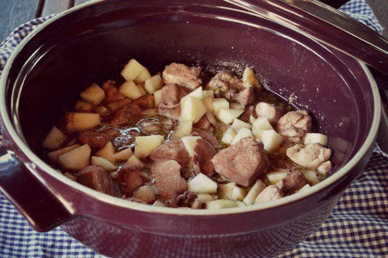 Servite i tocchetti di pollo con le pere e il fondo di cottura