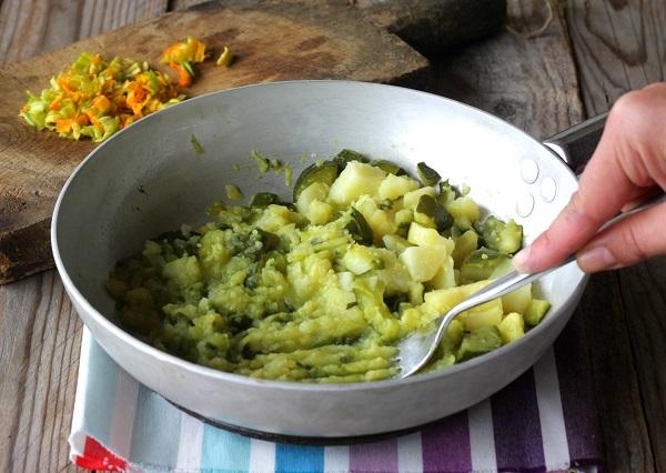 Lessate le verdure e saltatele in una pentola con la margarina, schiacciatele bene con una forchetta.