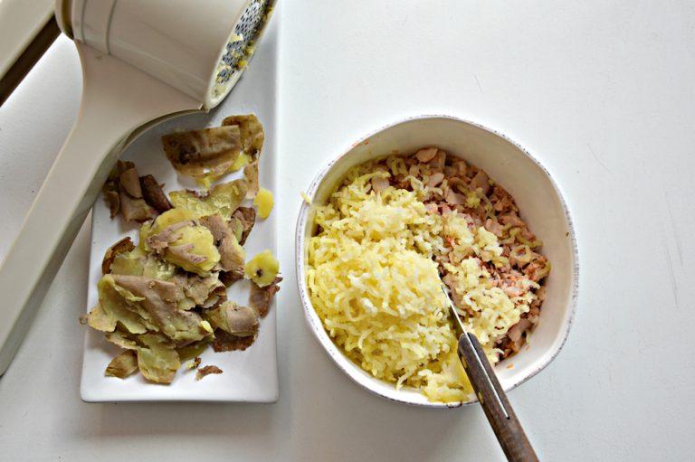 Mettete in una ciotola le patate schiacciate e le triglie spezzettate a coltello, aggiustate di sale e pepate