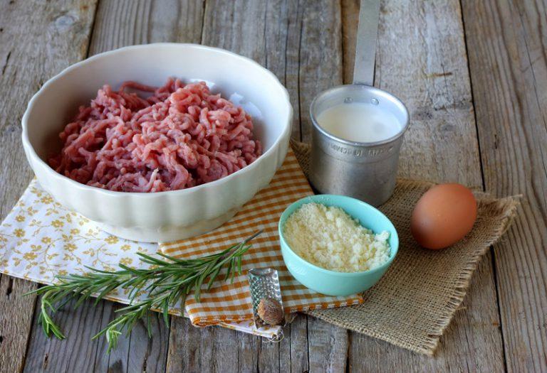 Preparate il sugo: Scaldate in un tegame l'olio extravergine di oliva, nel mentre sminuzzate lo scalogno e fatelo imbiondire. Aggiungete i pomodori pelati grossolanamente tagliati, salate e pepate, aggiungete il basilico e cuocete a fiamma bassa con un coperchio. Nel frattempo In un mixer da cucina mettete il tacchino a tocchetti, aggiungendo gli aromi ed iniziate a frullare