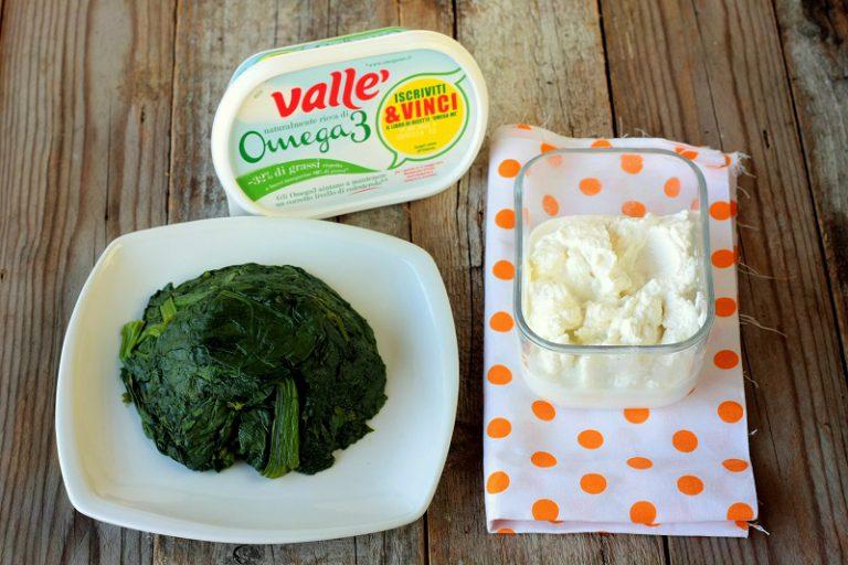 Lessate gli spinaci in acqua salata, scolateli, sminuzzateli e ripassateli in padella con la Vallé Omega3 - lasciateli raffreddare e amalgamateli con la ricotta ed una presa di sale
