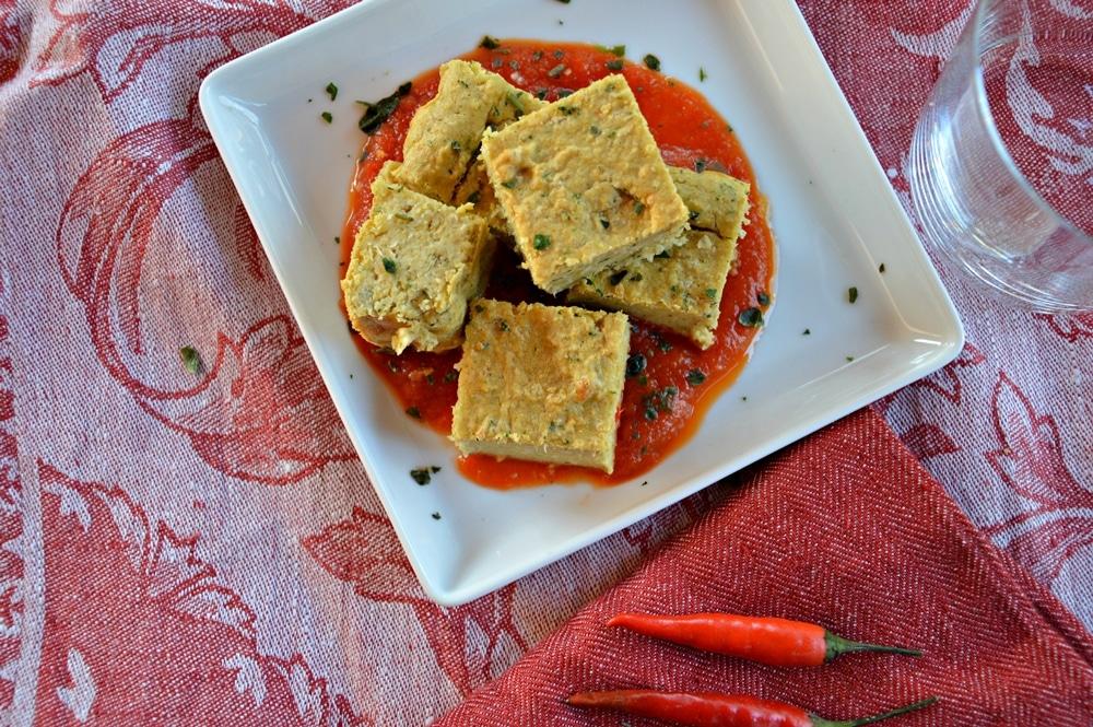 Quadrucci di ceci speziati in salsa di pomodoro