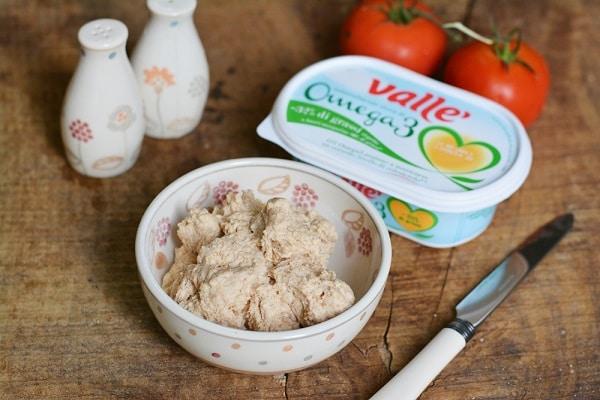 impastare la frolla salata con farina, acqua, Vallé e lievito. Aggiungere sale e pepe
