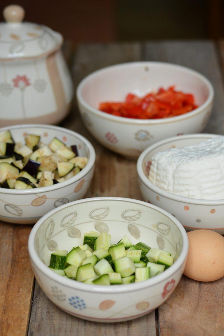 Lavare accuratamente le verdure e tagliarle a dadini. Saltatele in padella per qualche minuto.