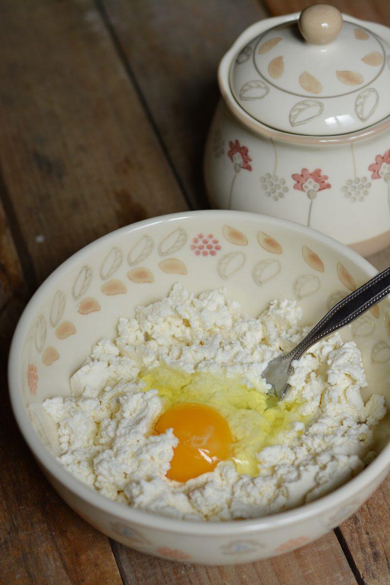Schiacciate la ricotta e aggiungete l'uovo, il sale e il pepe.