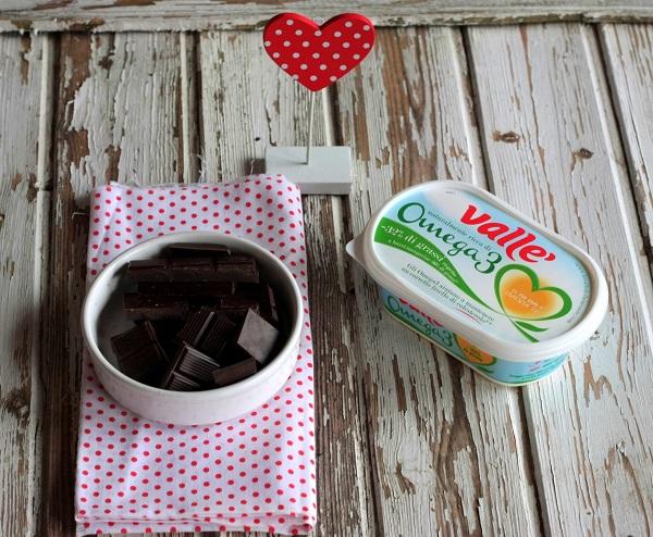 Fate fondere il cioccolato con Vallé Omega3 in un pentolino a bagno maria, mescolate regolarmente fino ad ottenere una crema omogenea, lasciate leggermente intiepidire.