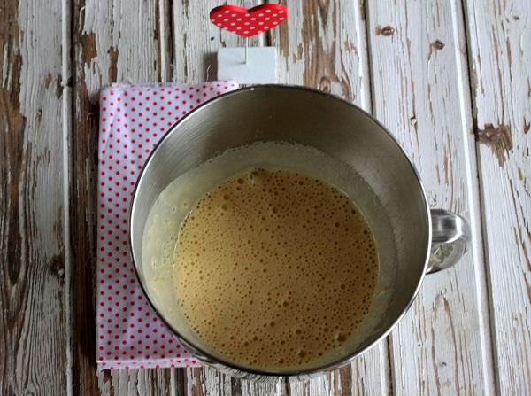In una ciotola  lavorate le uova, lo zucchero e la farina.
