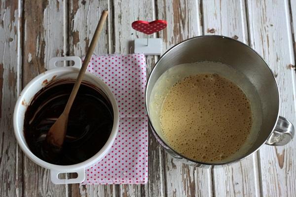 Unite a filo il cioccolato fuso ed il pizzico di peperoncino.