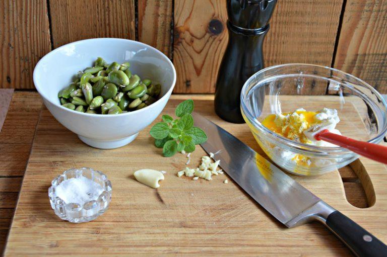 Tritate l'aglio e insaporite la salsa allo yogurt anche con il sale, il pepe e le foglioline di maggiorana