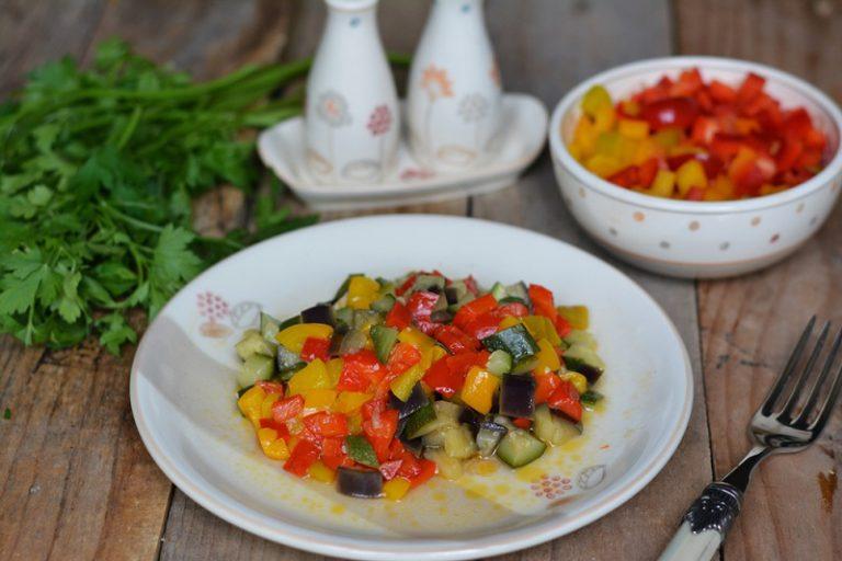 in un wok, saltare le verdure con Vallé, aggiungere sale e pepe. Nel frattempo cuocere il riso, il farro e l'orzo