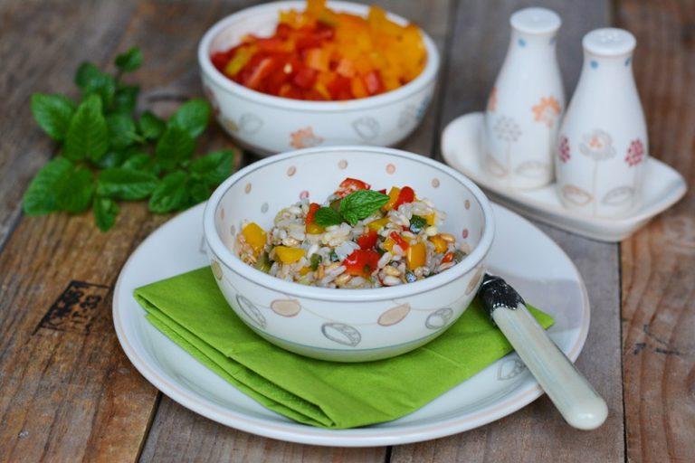 quando tutti gli ingredienti saranno freddi, amalgamare le verdure al riso, aggiungere un filo di olio e un po' di menta fresca.