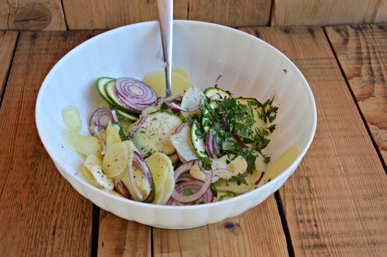 Mettete la verdura in una ciotola e condite con un poco sale, pepe e prezzemolo tritato e metà olio.