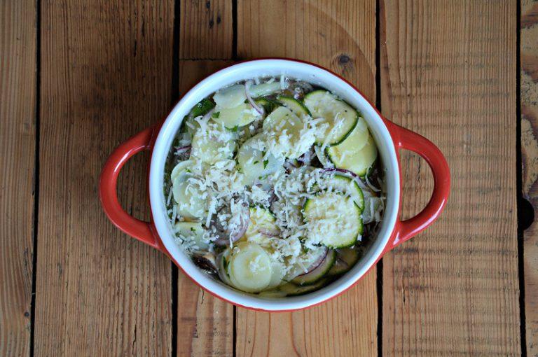 Distribuite metà del pecorino e finite con la verdura rimasta. Riempite la teglia con acqua, fino a superare la metà circa della teglia, cospargete con il formaggio rimasto e infornate a 180°C per un'ora circa. Fate intiepidire prima di servire.