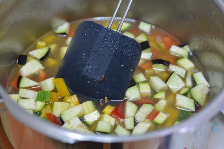 far rosolare la cipolla con una noce di Vallé omega me, aggiungere il riso e tostarlo e successivamente aggiungere brodo e verdure. Far cuocere per circa 25min.