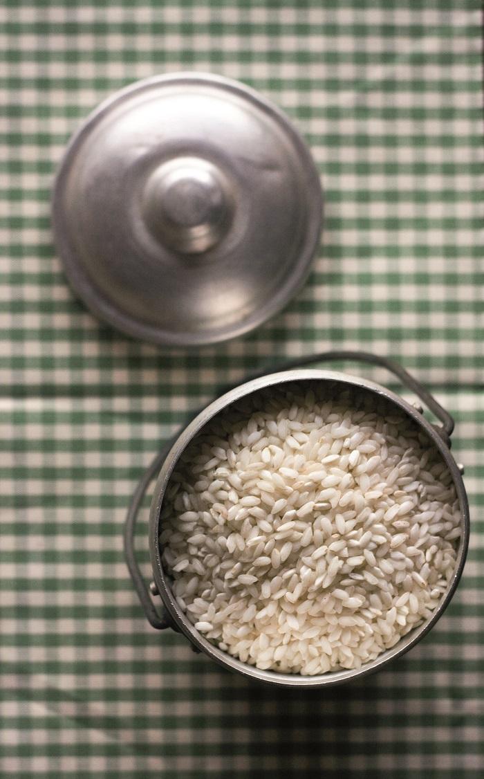 Nella risottiera preparare il soffritto scaldando 30 g di Vallé Omega3 con la cipolla fino a che non sarà imbiondita, aggiungere il riso e farlo tostare prima di sfumare con il mezzo bicchiere di vino bianco; quando il vino è evaporato aggiungere il brodo fino a coprire il riso. Mescolare frequentemente e con il mestolo rabboccare di brodo man mano che asciuga. In un pentolino a parte saltare il porro con 10 g di Vallé e aggiungerlo al riso 3 minuti prima che la cottura sia ultimata.