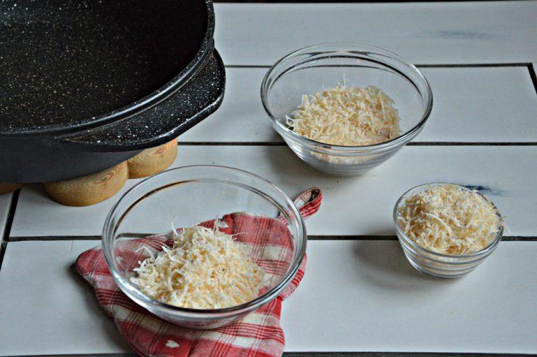 Preparate le coppette di parmigiano mettete da parte 20 g di formaggio e dividete i quaranta rimasti in due.