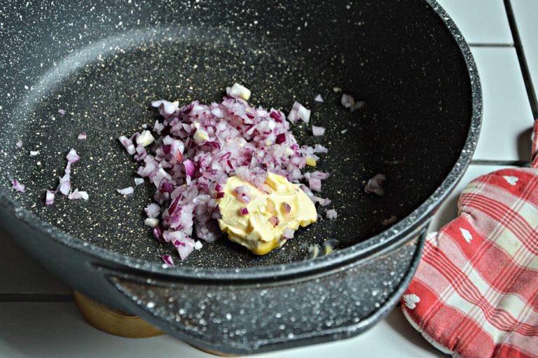 Tritate la cipolla, ponetela dentro un tegame con 10 g di valle' e fate appassire leggermente