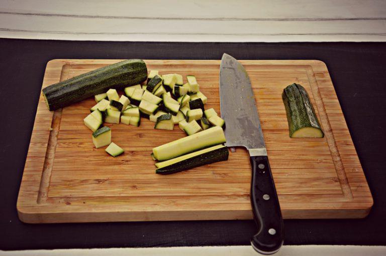 Lavate le zucchine, spuntatele e tagliatele a cubetti.  Lavate le sarde, evisceratele, apritele a libro e spezzettatele