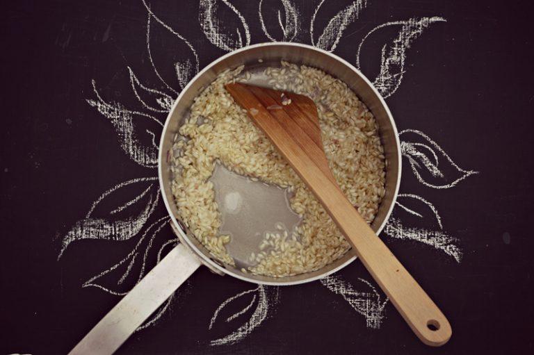 Cominciate la cottura aggiungendo il brodo bollente dentro il quale avrete sciolto lo zafferano. Unite un mestolo alla volta.