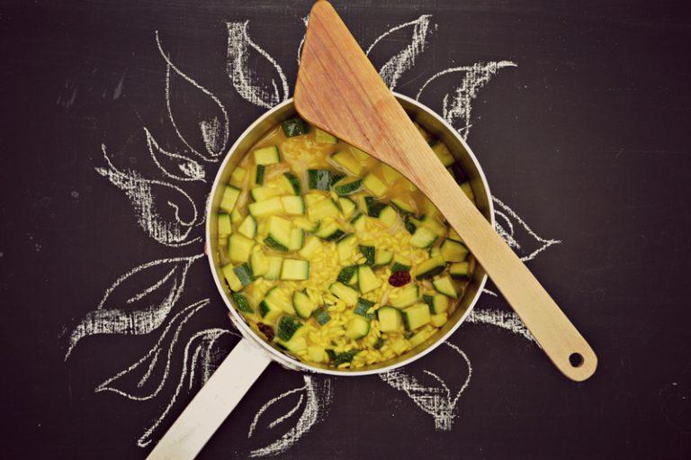 Aggiungete le zucchine, i pinoli e l'uva passa continuando a cuocete