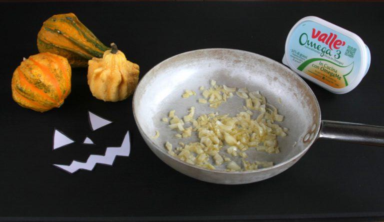 Far lessare il riso in abbondante acqua salata.  Mettete Vallé omega3 in un tegame, tagliate finemente la cipolla ed iniziate il soffritto