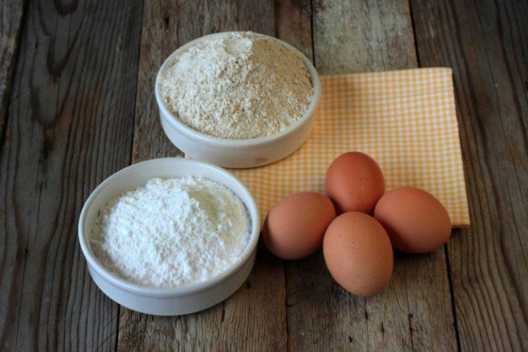 In una ciotola capiente montate le uova con lo zucchero fino a raddoppiare il volume del composto, aggiungete la farina un cucchiaio per volta ed amalgamate.