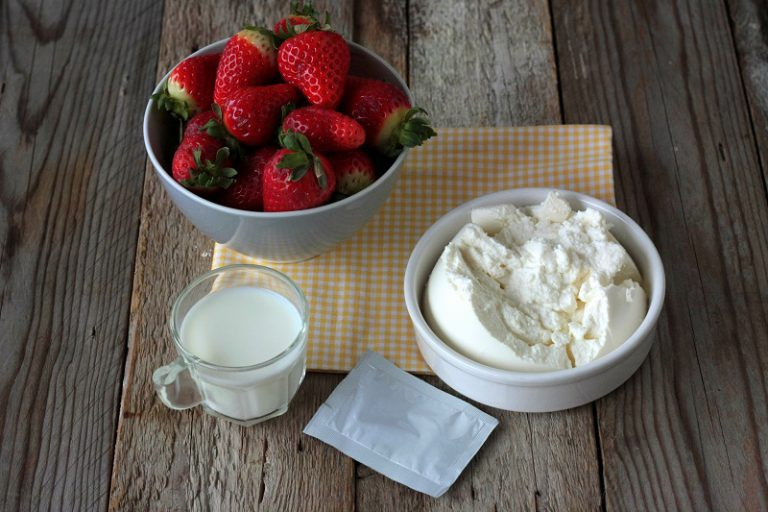 Nel mentre preparate la crema: lavorate energicamente con la frusta la ricotta con il latte, lo zucchero e la bustina di agar agar - aggiungete le fragole tagliate a tocchetti piccoli.