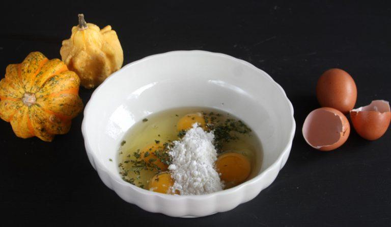 Sbattete le uova ed aggiungete il latte e le foglie di salvia sminuzzate finemente, aggiungete sale e pepe.