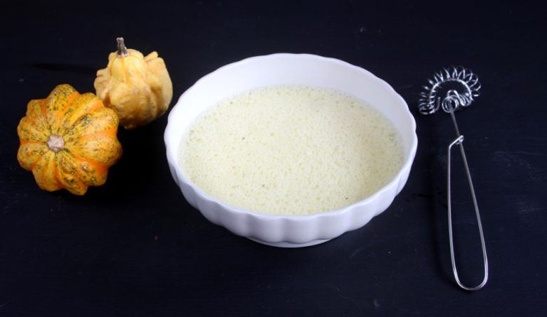 In una ciotola emulsionate il latte aggiungendo la maizena e mescolate bene per non far formare grumi.