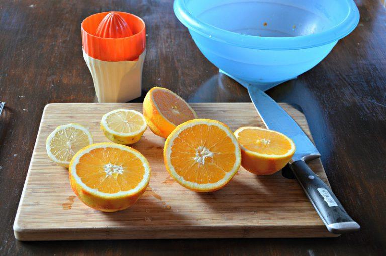 Preparate la marinata emulsionando l'olio con il succo degli agrumi