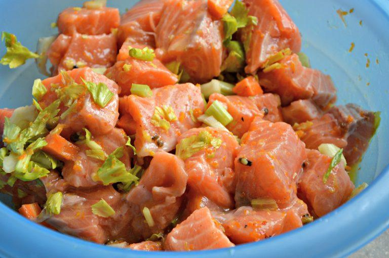Aggiungete il salmone  e ponete in frigo per almeno un'ora mescolando ogni tanto.
