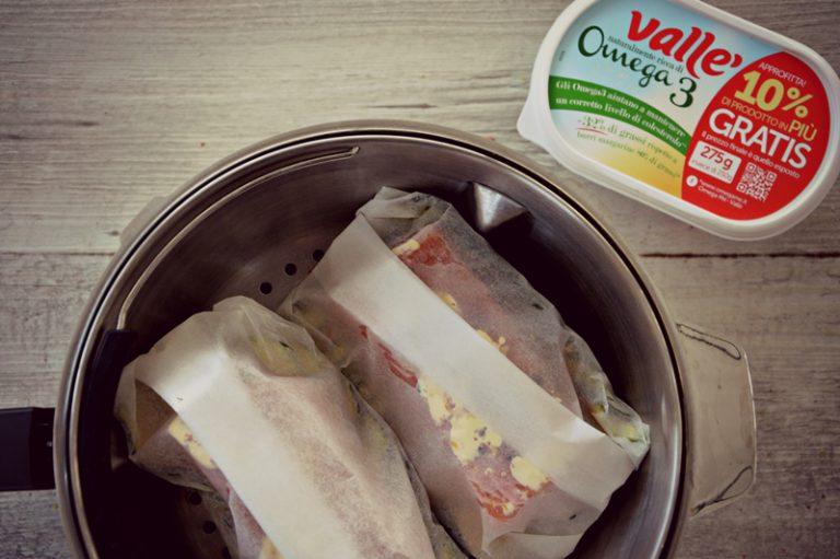 Preparate gli altri cartocci e cuocete nel cestello della vostra pentola a vapore oppure su una griglia forata posta su una pentola in ebollizione.  Aromatizzate l'acqua di cottura con due foglie d'alloro e una scorza di limone intera.