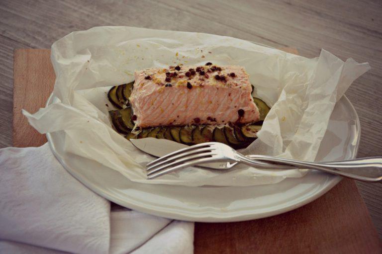 Dopo circa 20 minuti il pesce sarà pronto, ma verificate la cottura, dipende molto dallo spessore del pesce.  Ponete i cartocci sui piatti a servire e portate in tavola