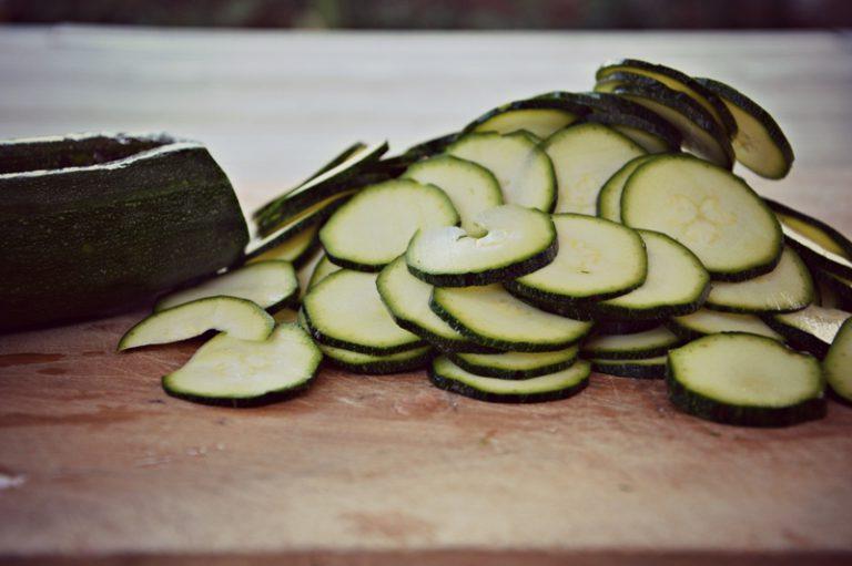 Lavate le zucchine, spuntatele affettatele a rondelle di 2 mm di spessore