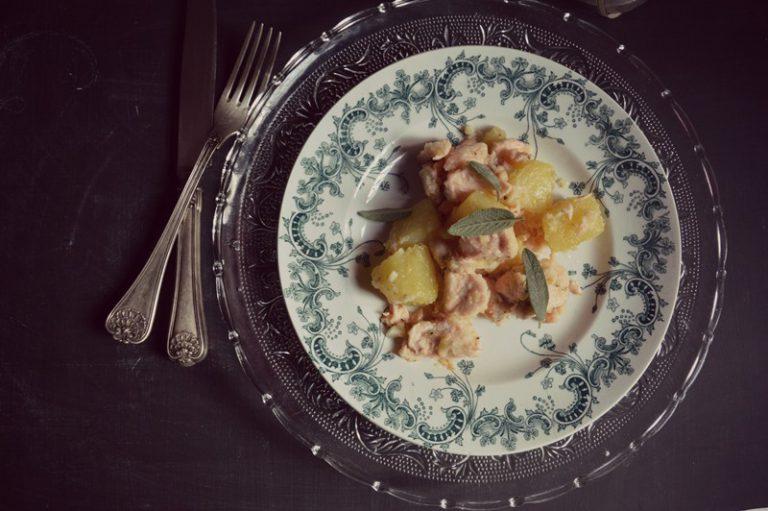 Impiattate il pesce con le patate e la salsa alla vaniglia e, se volete, qualche foglia di salvia per decorare.