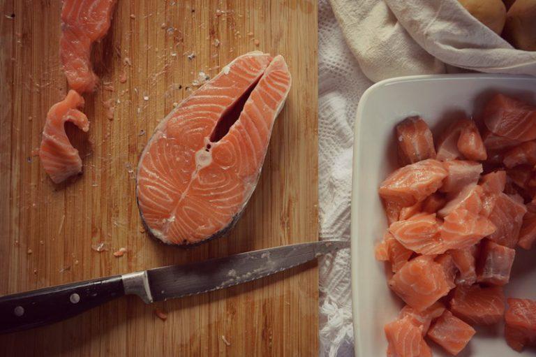 Eliminate le spine evidenti dal pesce e tagliatelo a tocchetti;