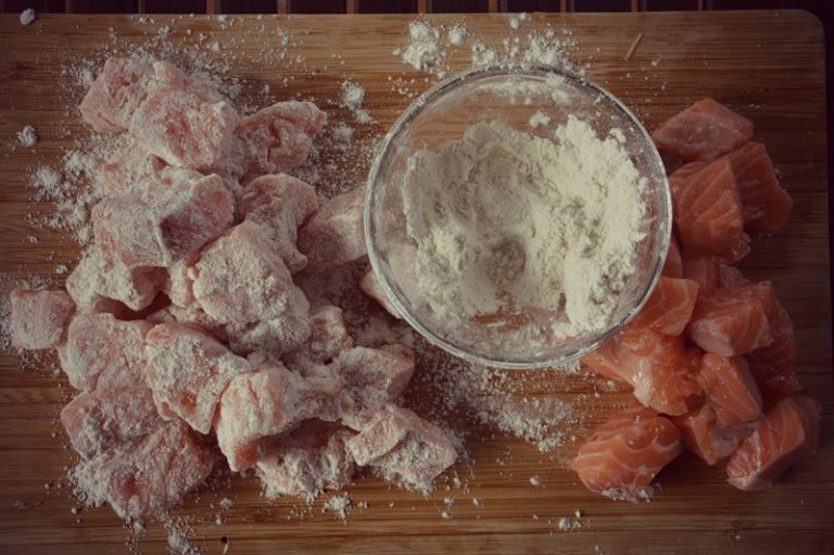 Scaldate l'olio in una padella con estratto di vaniglia e l'aglio tritato, passate i tocchetti nella farina e poneteli a rosolare per pochi minuti.