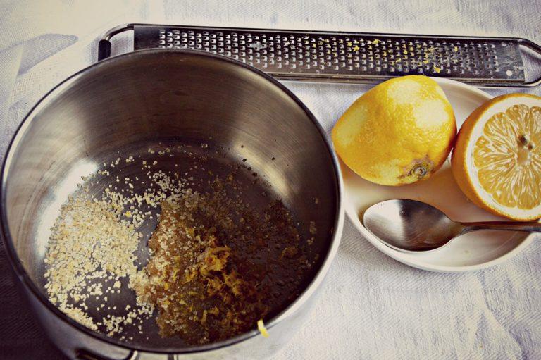 Poco prima che sia trascorso il tempo necessario al raffreddamento preparate il topping al caramello; in un pentolino unite il succo e la scorza del limone, gli ultimi 10 g di zucchero e l'acqua, portate a bollore e poi unite i pinoli, mescolate e versate su un foglio di carta forno e spianate lasciate riposare fino al raffreddamento.
