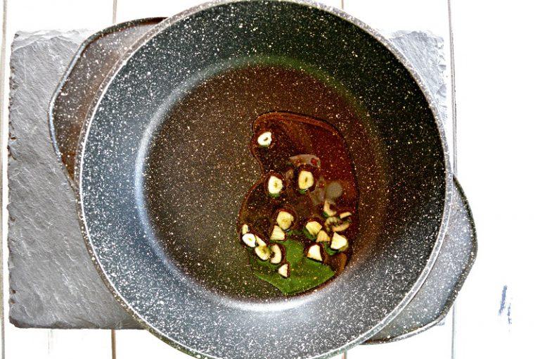 Affettate l'aglio ponetelo con l'olio e il peperoncino sbriciolato in un tegame antiaderente