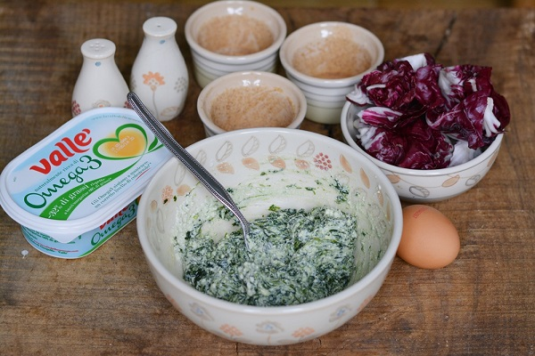 amalgamare alla ricotta, gli spinaci precedentemente cotti, aggiungere sale e pepe