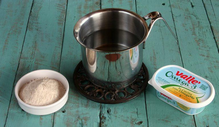 In una pentola fate bollire un litro di acqua con i 50 g di Vallé Omega3, un pizzico di sale.  Versate la farina a pioggia mescolando senza fermarvi per 10 minuti