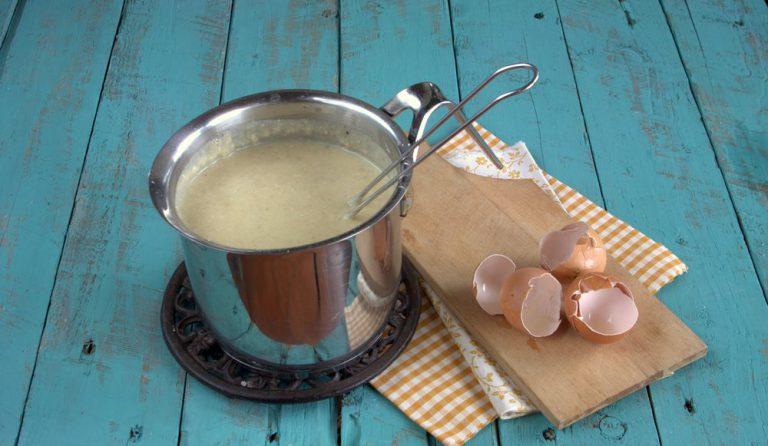 Togliete la pentola dal fuoco, aggiungete le uova, aggiungete il pangrattato, il parmigiano ed aggiustate di sale e di pepe.